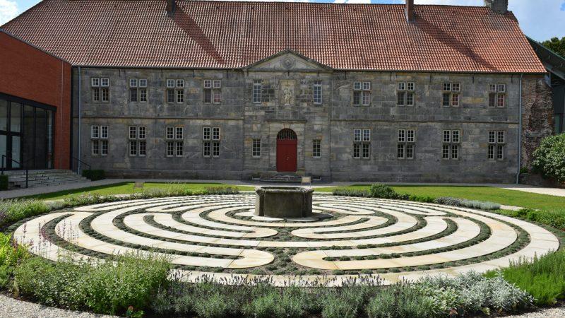 """Die Gestaltung der Freifläche an der Ostseite des alten Gebäudes ist abgeschlossen. Neben dem Klosterinnenhof entsteht hier jetzt ein ähnlich großer Klostergarten mit einem Labyrinth. Dieser sogenannte """"Ostgarten"""" ergänzt das historische Klosterensemble."""